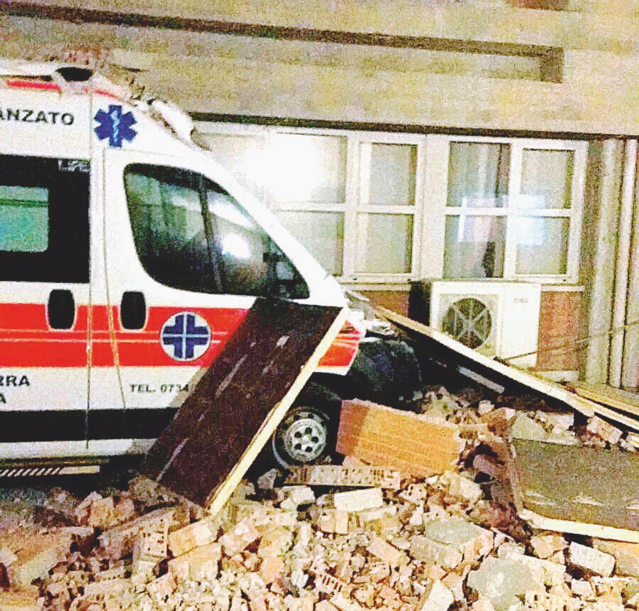Il sisma chiude l'ospedale: visite e dialisi nelle tende