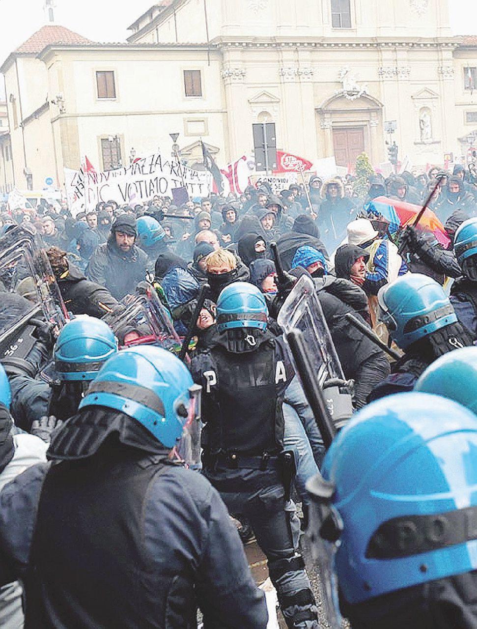 La piazza degli anti-Renzi. Il corteo sfida il divieto