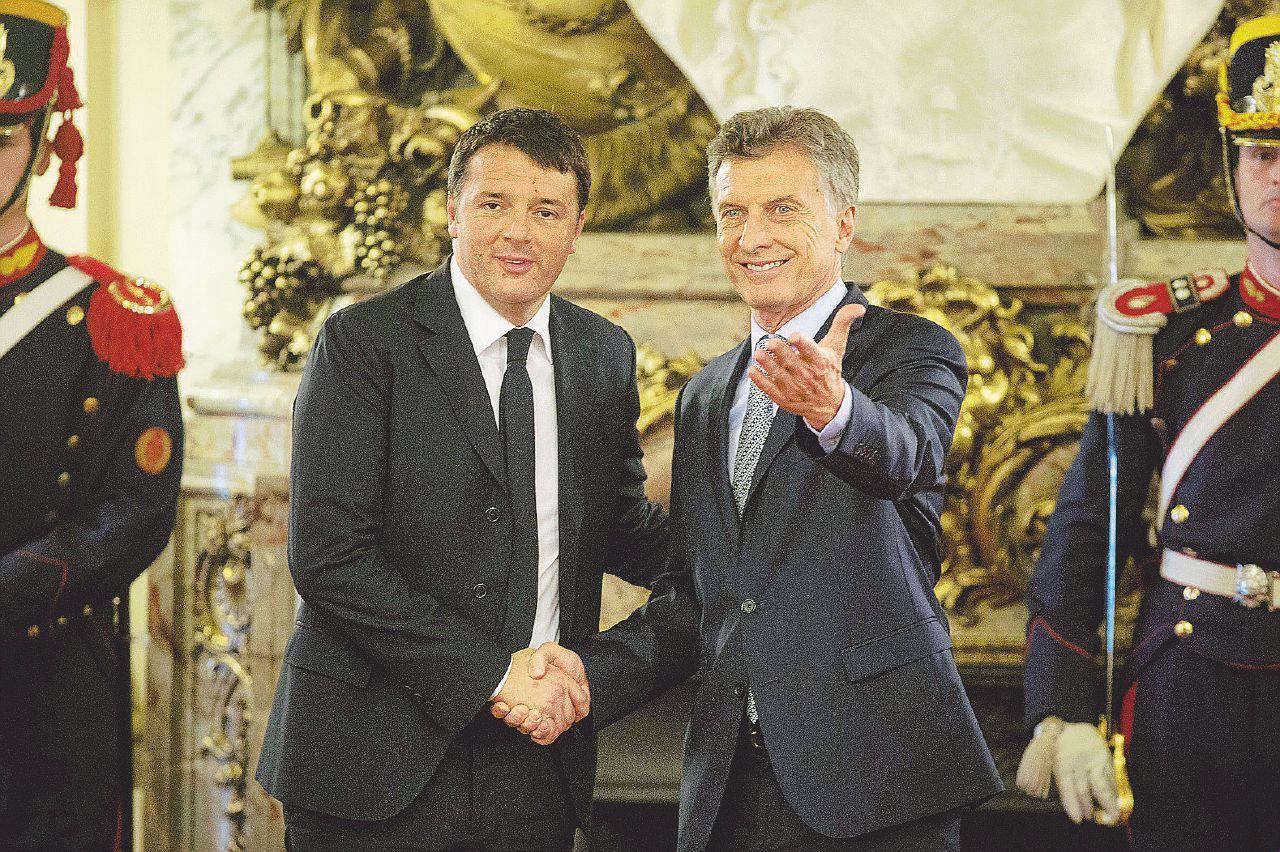 In Edicola sul Fatto Quotidiano del 12 novembre: Renzi si compra gli italiani all'estero per 160 milioni