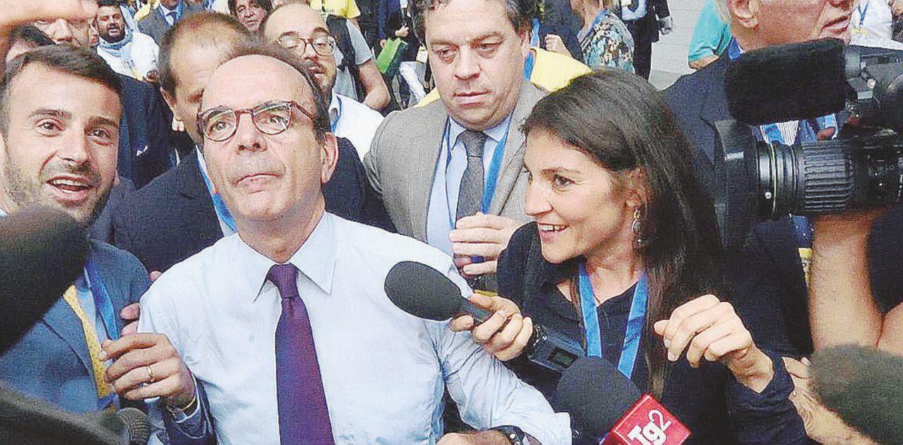 B. ha il piede in due piazze ma Salvini e Parisi si menano