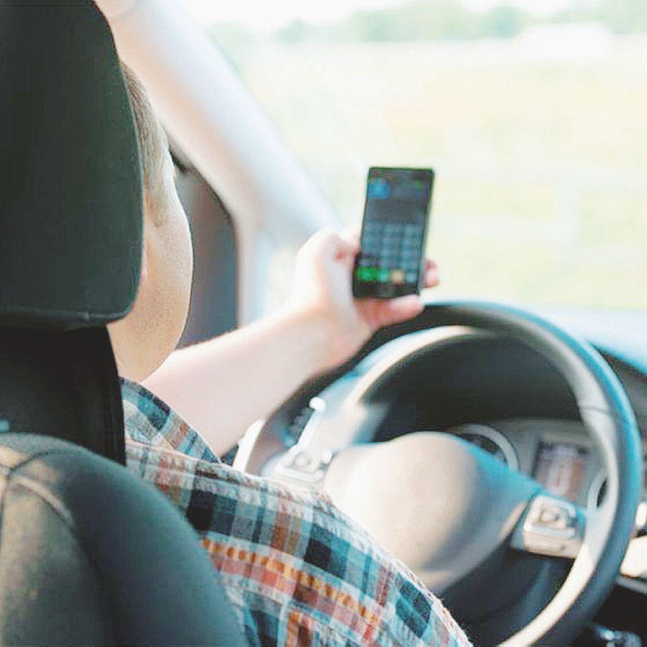 Lo smartphone al volante è pericolo costante (di galera)