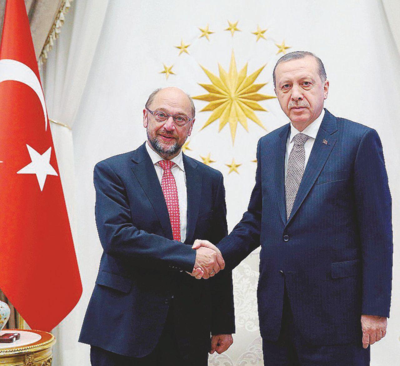 """""""Schulz chi?"""": il Sultano strapazza l'Unione europea"""