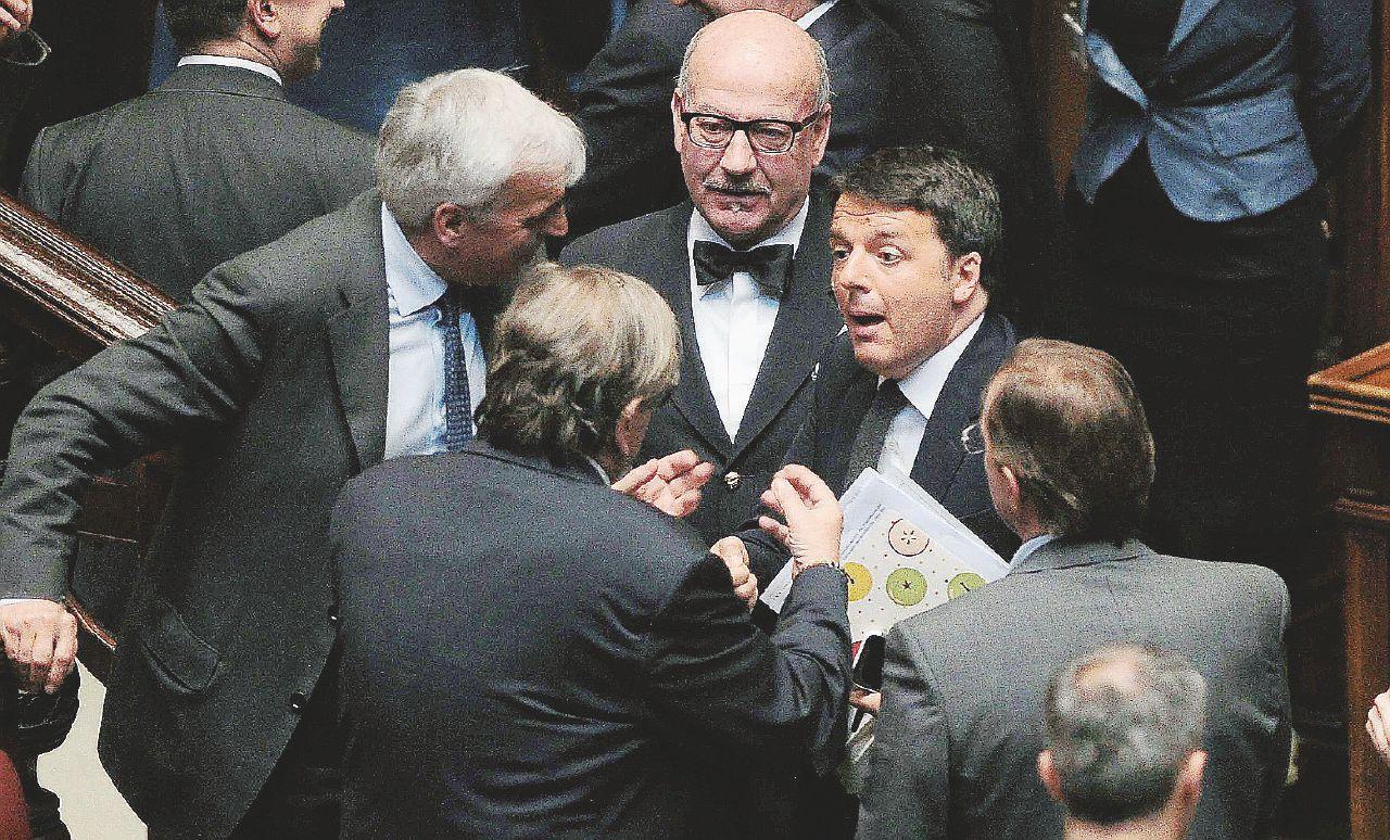 """Manovra """"vendo tutto"""". Renzi dà via il negozio pur di comprarsi i Sì"""