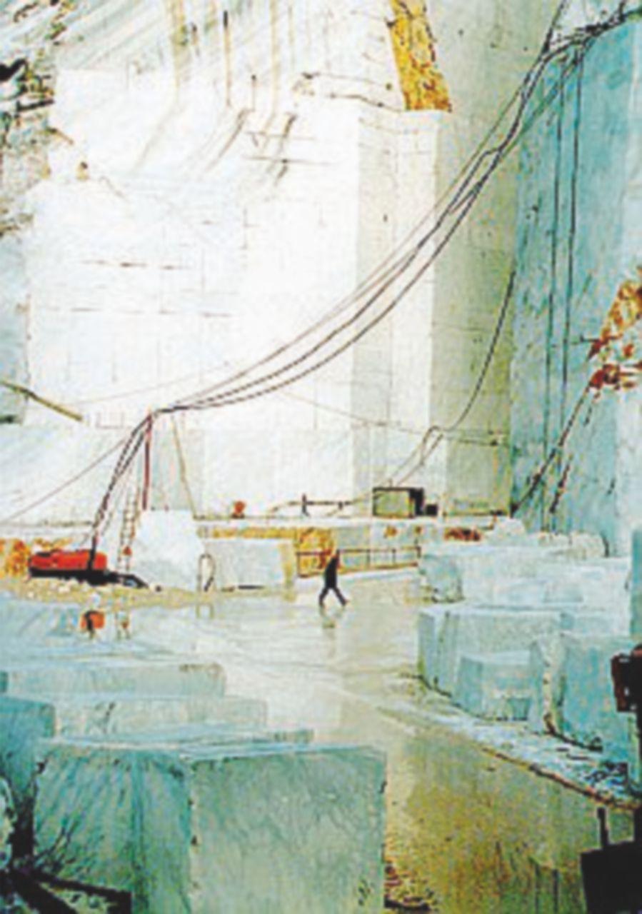 Un altro morto sul lavoro: travolto in una cava a Carrara