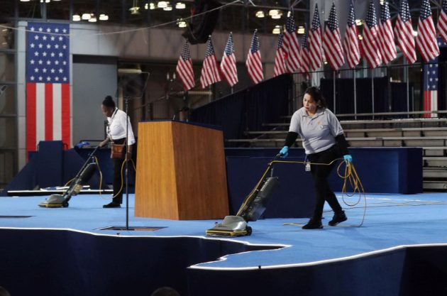 i-preparativi-sul-palco-della-jacob-k-javits-convention-center-a-new-york-base-elettorale-di-hillary-clinton