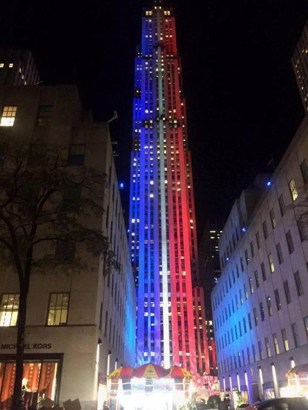 il-rockfeller-uno-degli-edifici-simbolo-di-new-york-illuminato-coi-colori-della-bandiera-usa-nellelection-day