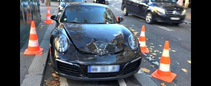 Parigi, parcheggia la Porsche dove non deve e la polizia gliela fa saltare in aria