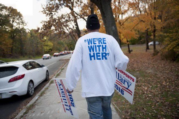 un-sostenitore-di-hillary-clinton-affigge-gli-ultimi-cartelli-elettorali