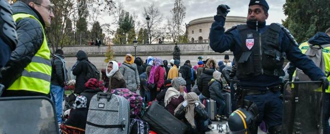 """Migranti, a Parigi apre il più grande centro d'accoglienza in Europa: """"Potranno restare al massimo 5-10 giorni"""""""