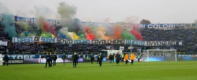 Atalanta-Roma, petardi e fumogeni contro la polizia da tifosi giallorossi: 5 feriti