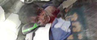 Aleppo, un bambino viene estratto (orfano) dalle macerie dopo i bombardamenti. Colpito ospedale pediatrico - 3/6