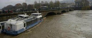 Maltempo Torino, battelli rompono gli ormeggi. Si scontrano e vanno addosso al ponte. Poi uno affonda