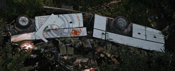 Incidente in Irpinia, autobus nella scarpata: in video compaiono due auto
