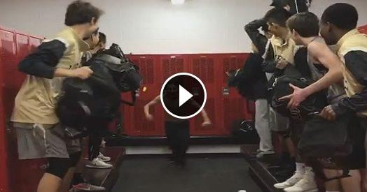 Basta Mannequin Challenge, è tempo di passare al #BackpackChallenge. Ma che botte!