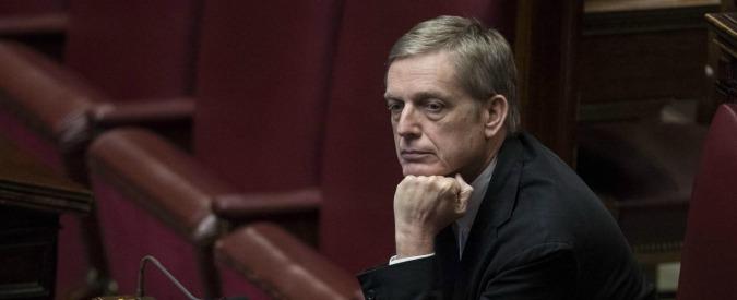 """Referendum, frasi di De Luca su clientela. Il Pd fa quadrato: """"Scherzava"""". Cuperlo: """"Ricerca esasperata della battuta"""""""