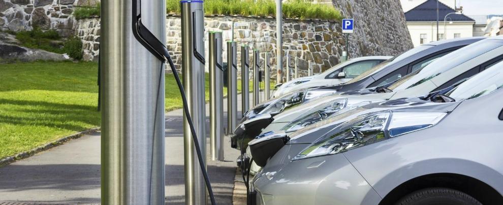 Auto elettrica, accordo tra i costruttori europei. Ricarica veloce e costi più bassi