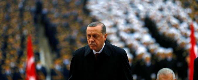 """Turchia, """"cittadinanza revocata a chi vive all'estero se accusato di crimini contro lo Stato"""". Licenziati altri 8mila statali"""