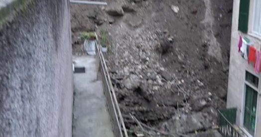 Maltempo, tre palazzi sull'orlo del baratro a Genova a causa di una frana: sfollati 200 residenti