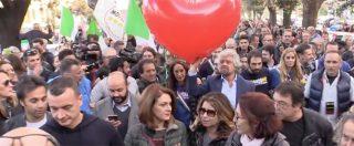 Riforme, M5s in piazza per il No. Grillo sfila con un enorme palloncino a forma di cuore