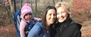 """Trump, Hillary Clinton """"sparita"""" dopo la sconfitta: una fan la ritrova nei boschi"""