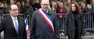 Parigi, il giorno del ricordo parte dallo Stade de France. Hollande scopre una lapide