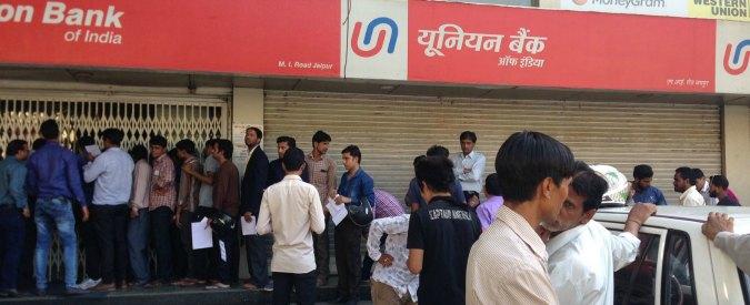 India, fuori corso le banconote da 500 e 1000 rupie contro evasione e corruzione. E' caos