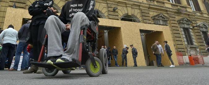 """Manovra, malati di Sla in piazza a Roma: """"Fondi inadeguati"""". Poletti fissa un incontro: """"Sospendete iniziativa"""""""
