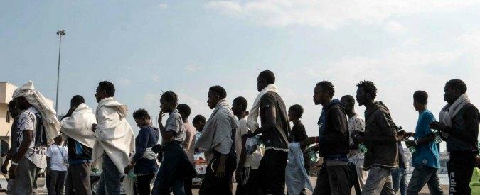"""Migranti, Amnesty: """"Pressioni Ue hanno spinto Italia oltre i limiti della legalità: pestaggi ed espulsioni illegittime"""""""