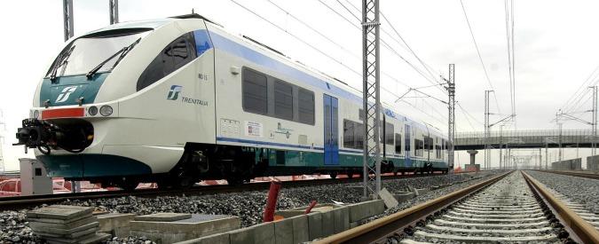 """Treni sequestrati perché sversano liquami sui binari. Proposta Trenitalia: """"Allora facciamoli viaggiare con i bagni chiusi"""""""
