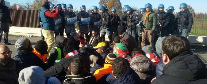 Modena, scontri al sit-in dei lavoratori licenziati: cariche della polizia per far passare i camion