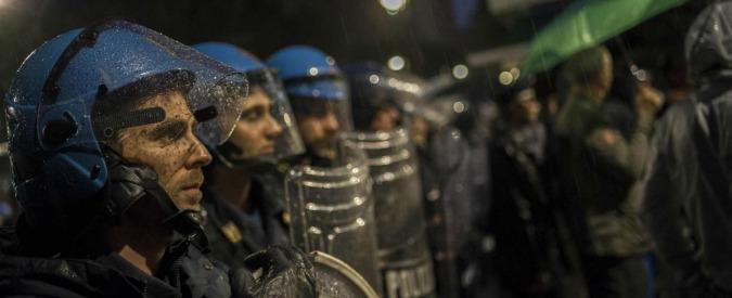 """Torino, tensione all'ex Villaggio olimpico: """"Bombe carta contro i migranti"""". Che scendono in strada a protestare"""
