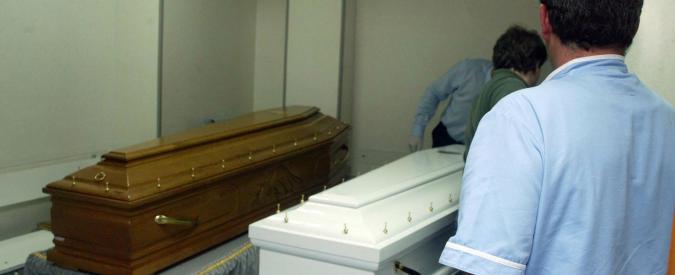 Padova, pompe funebri pagavano tangenti agli infermieri dell'obitorio per risparmiare su preparazione delle salme