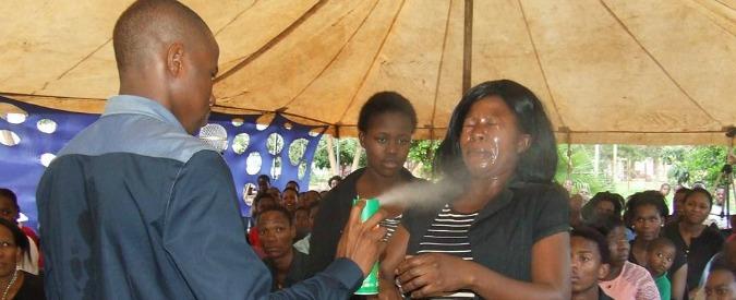 """Sudafrica, sedicente profeta spruzza insetticida sui fedeli: """"Guarisce da Hiv e cancro"""""""