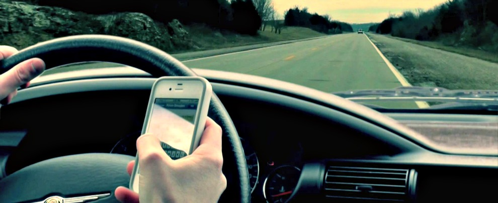 Smartphone alla guida, si rischierà il ritiro immediato della patente