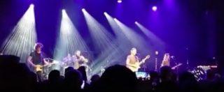 """Parigi, Sting si esibisce al Bataclan un anno dopo l'attentato e apre il concerto con """"Fragile"""""""