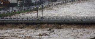 Maltempo Piemonte, paura per la piena di Po e Tanaro. A Torino alcuni ponti chiusi. Trovato morto il pescatore disperso