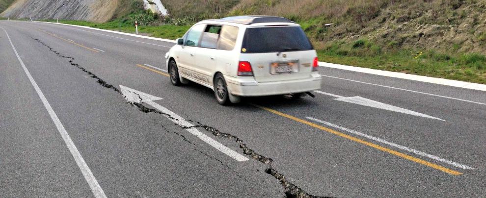 Terremoto, che fare se ci sorprende al volante? I 5 consigli da tenere a mente