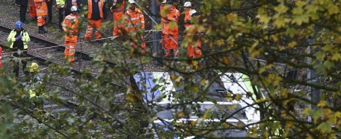 Londra, tram deraglia e si ribalta: 7 morti e oltre 50 feriti. Arrestato il macchinista
