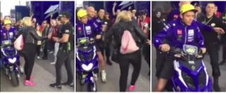 Valencia, Valentino Rossi furioso nel paddock. La donna lo ostacola, lui reagisce così