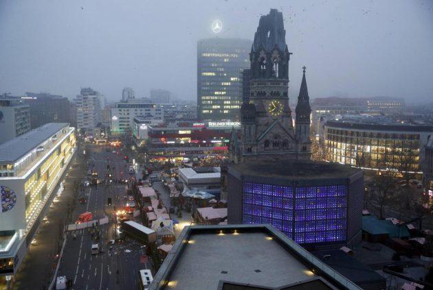 Stage a Berlino: camion su mercatino di Natale