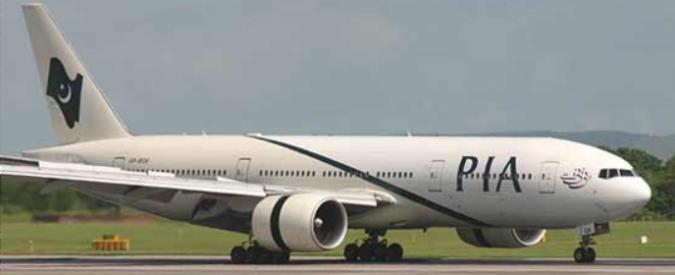 Pakistan, aereo con oltre quaranta persone a bordo si schianta al suolo