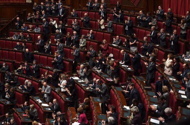 Applausi e standing ovation dei deputati del Pd alla fine dell'intervento di Gentiloni