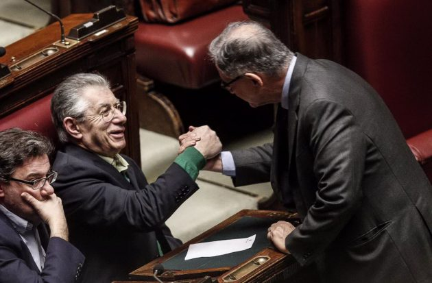 Umberto Bossi e Rocco Buttiglione, vecchi colleghi del governo Berlusconi, si salutano a Montecitorio