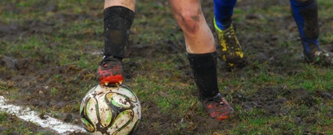Calcio giovanile, rissa tra genitori: i figli lasciano il campo e corrono sugli spalti per fermarli