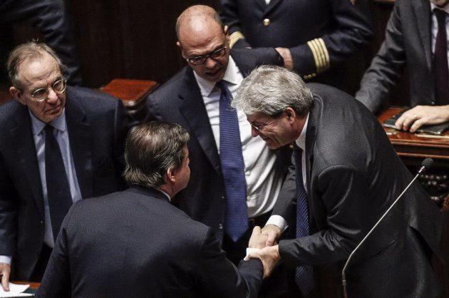 I complimenti dei ministri Padoan, Alfano e Padoan al presidente Gentiloni al termine del suo discorso