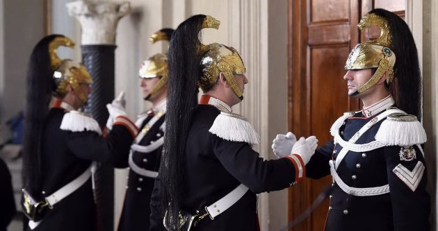 Il consueto cambio della guardia al Quirinale durante le consultazioni