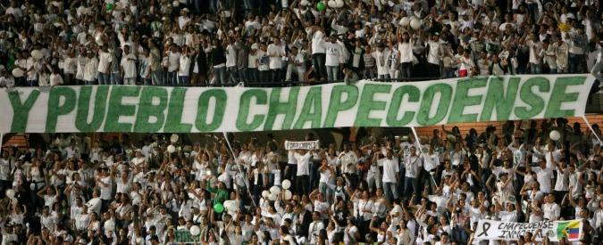 Disastro aereo, Chapecoense: il ricordo della squadra brasiliana negli stadi di tutto il mondo – VIDEO