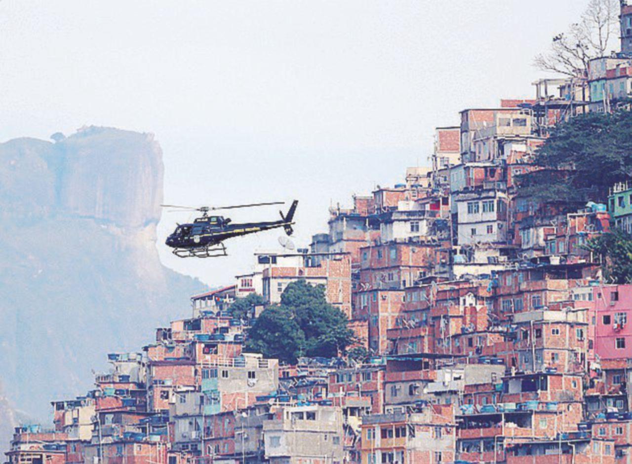 Narcos e favelas, vedi Rio e poi muori