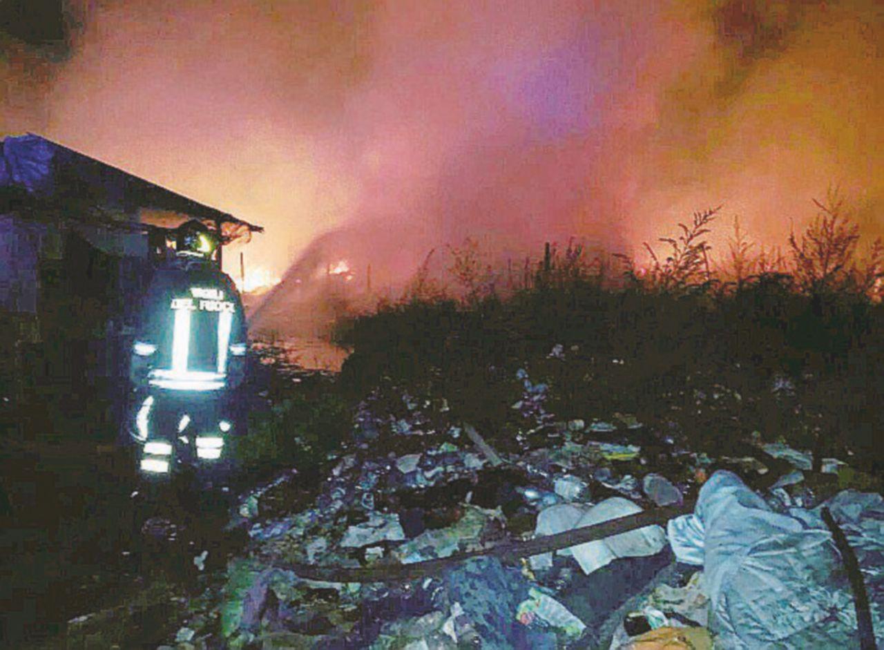 """Foggia, nel """"ghetto dei bulgari"""" la fine di un ragazzo tra le fiamme"""