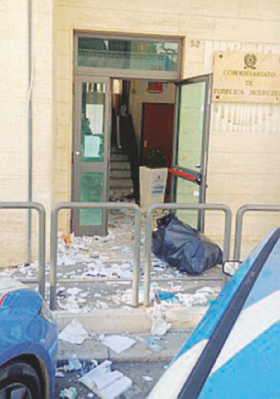 Esplode un ordigno nel commissariato di polizia di Andria
